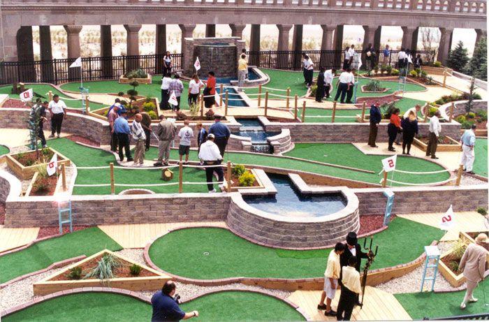 Это площадка для игры в мини гольф