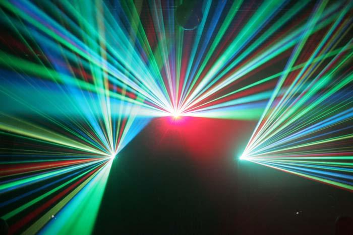 И дети восхищаются лазерными шоу