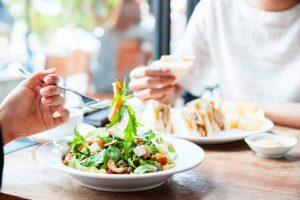 Как выбирать полезную еду в ресторане